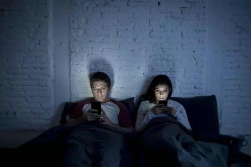 睡觉时,手机放床头辐射有多大?
